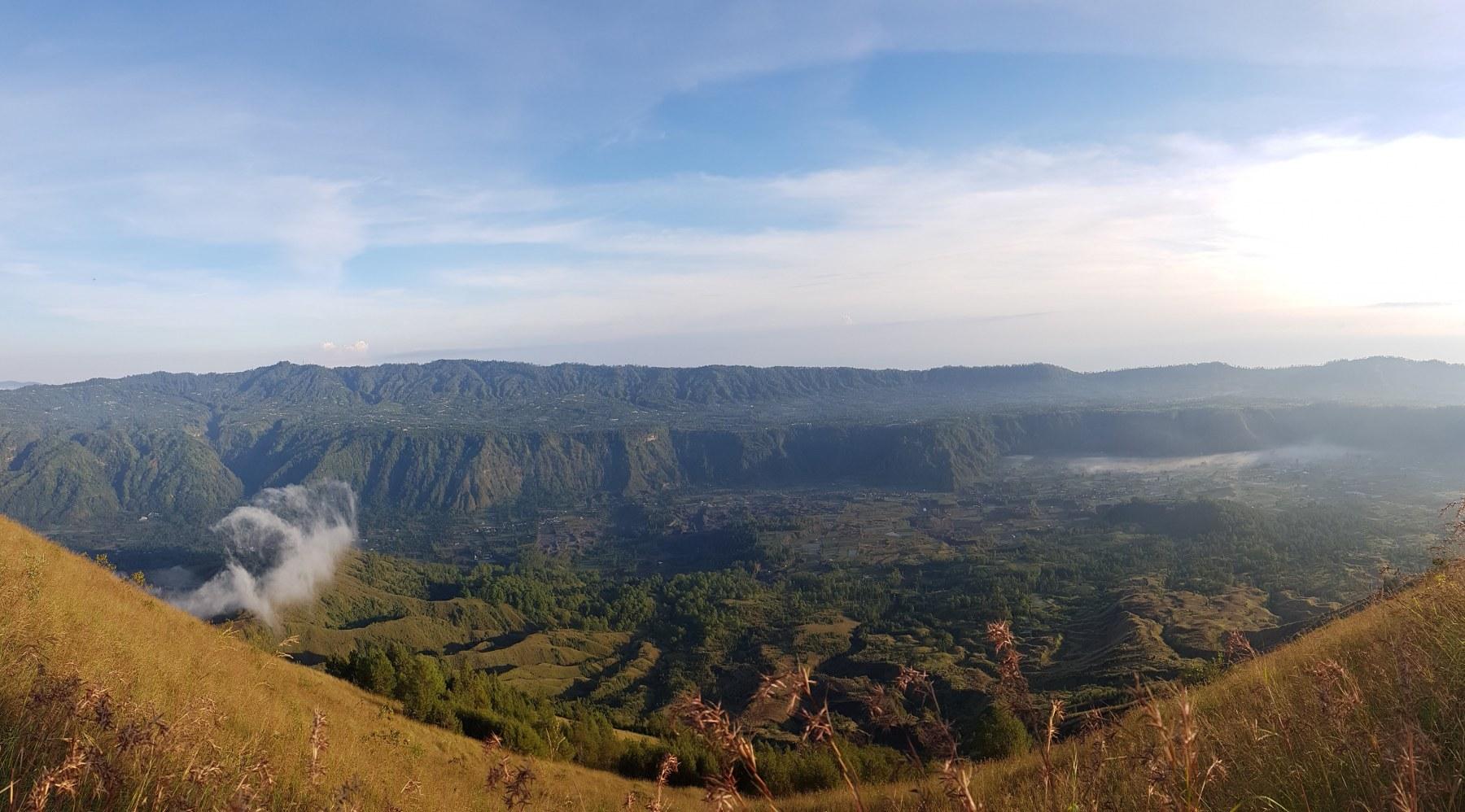 Pohled do sopečného kráteru s aktivním fumarolem