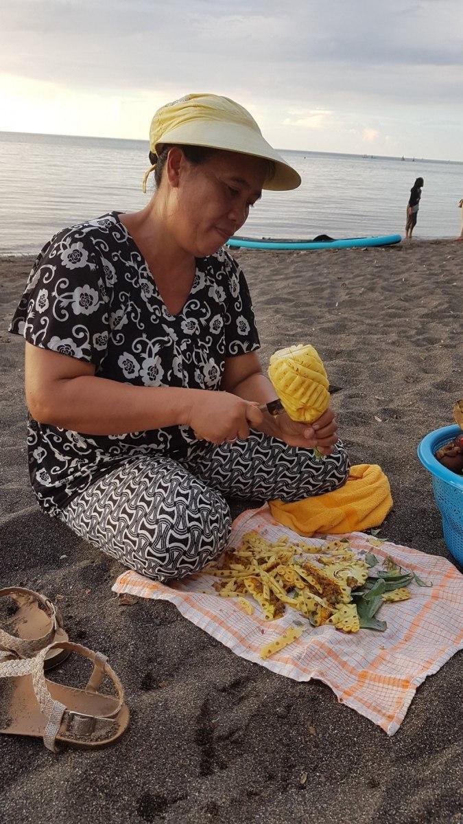 Ananasový servis na pláži