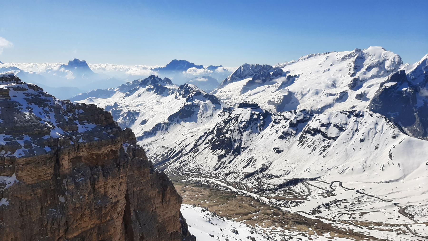 Pohled ze Sass Pordoi na Passo Pordoi a serpentiny