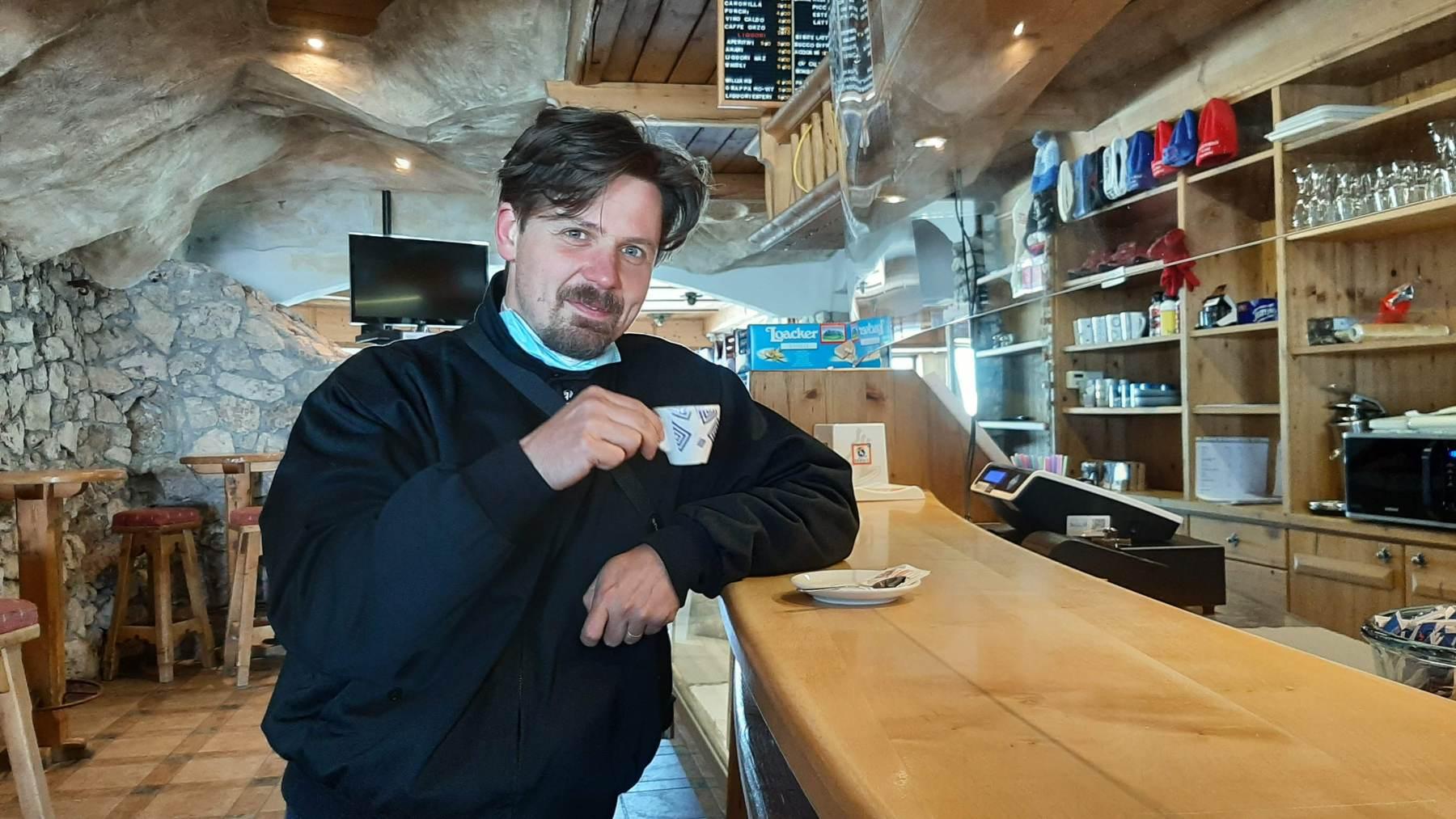 Marek a café na baru