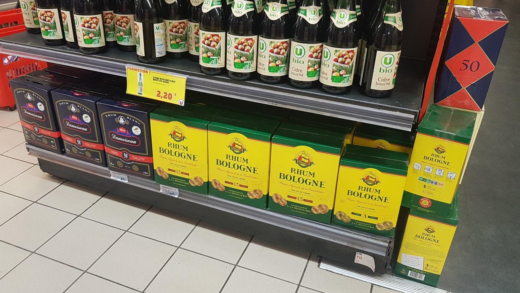 Rumový regál v supermarketu