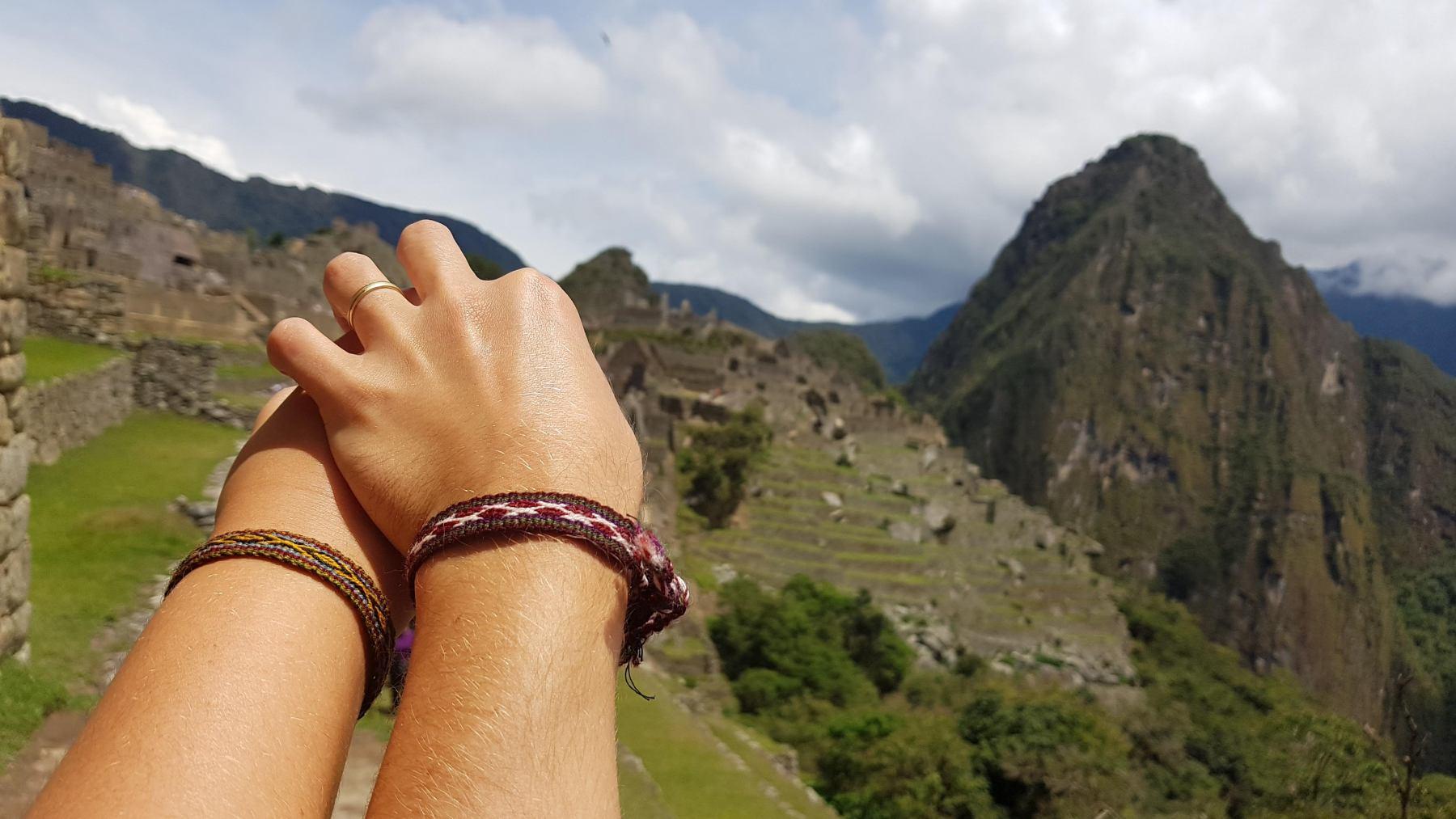 Naše ruce s Machu Picchu v pozadí