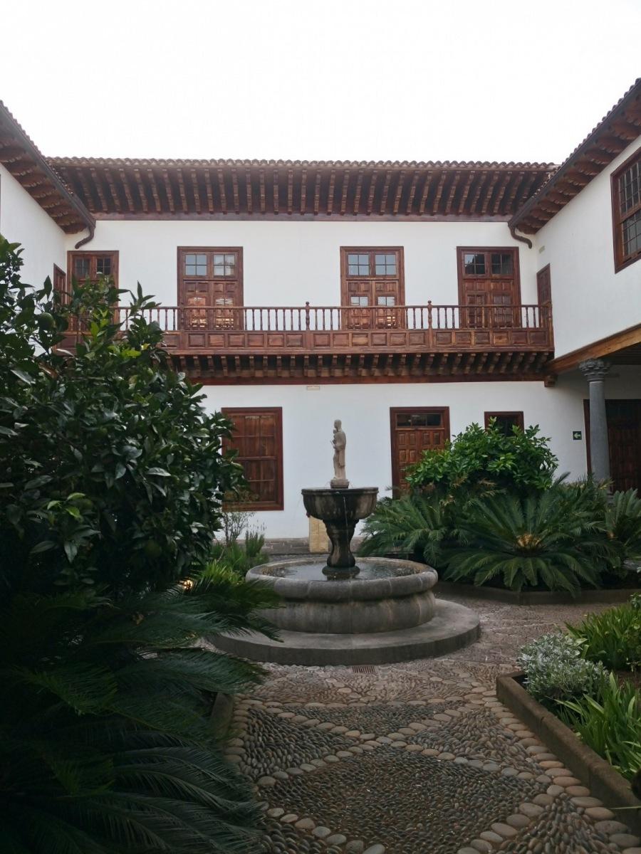 Kanárské patio s dřevěnými balkony