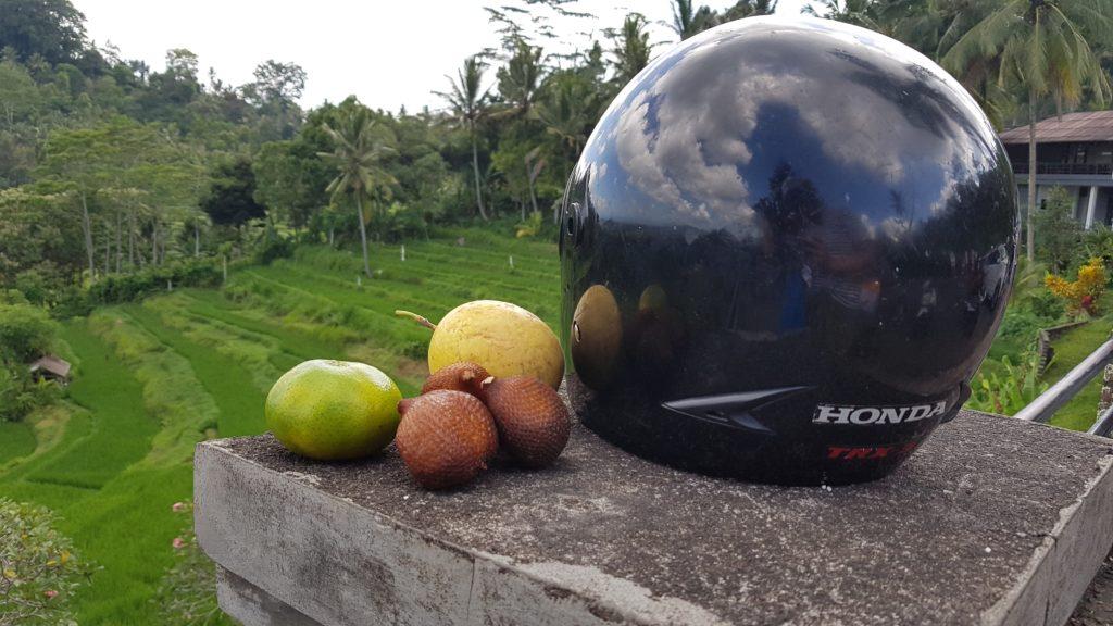 Exotické ovoce a přilba na Bali